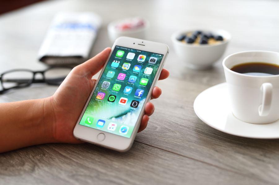 celular com tela de aplicativos aberta