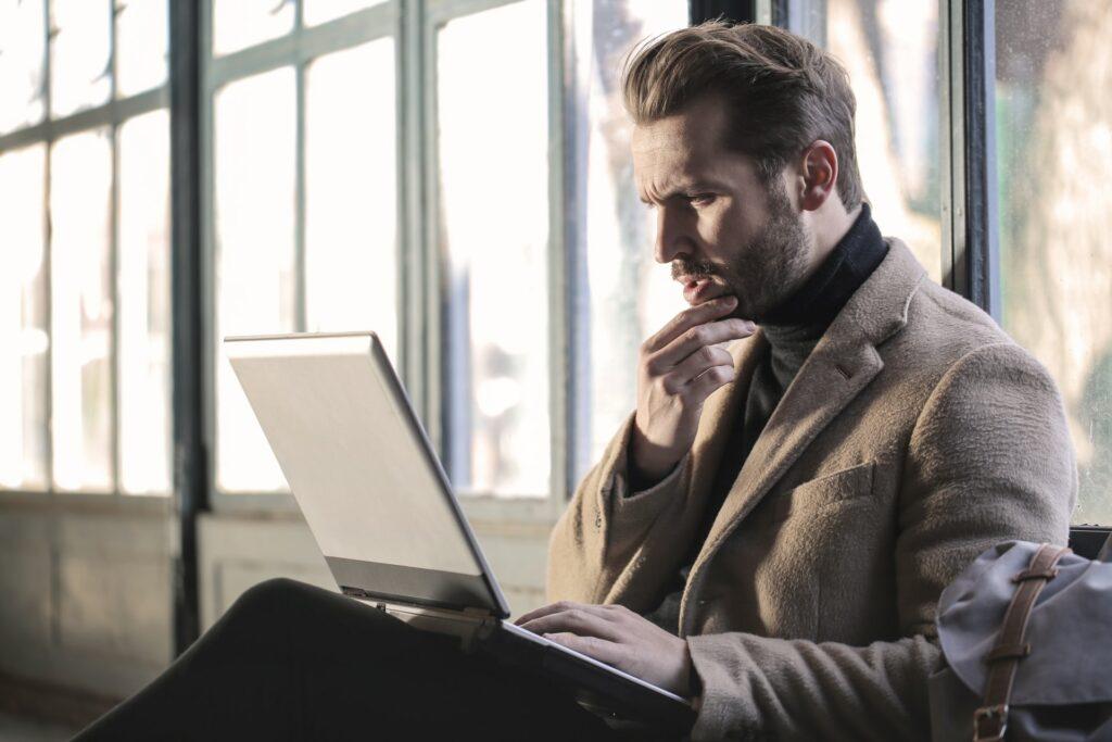 Executivo pensando em como inovar o seu negócio